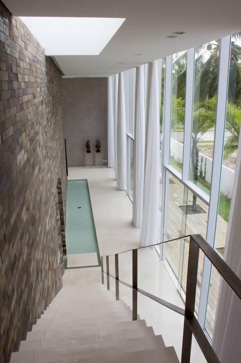 Casa Montenegro: Corredores e halls de entrada  por LM Arquitetura | Conceito