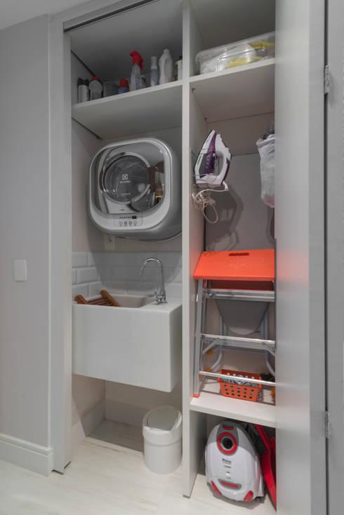 Pequena lavanderia embutida : Cozinhas modernas por Carina Dal Fabbro Arquitetura e Interiores Ltda