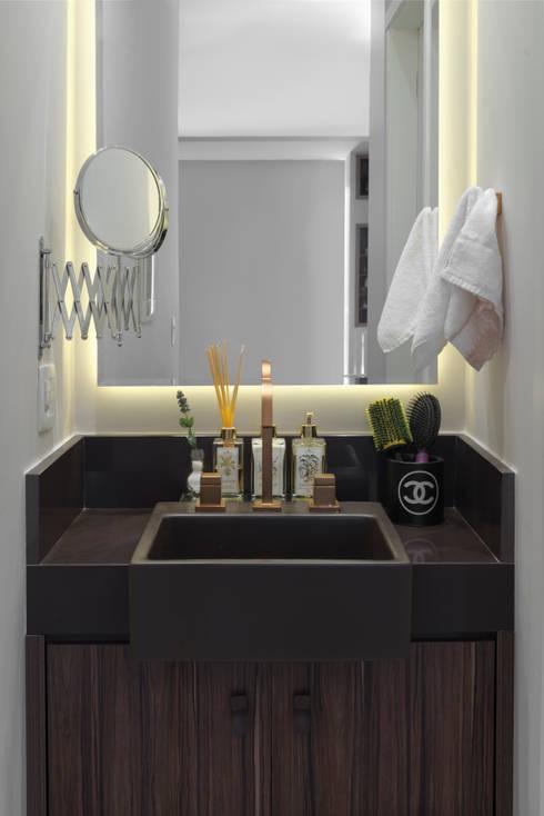 Banheiro com lavatório e espelho com iluminação: Banheiros modernos por Carina Dal Fabbro Arquitetura e Interiores Ltda