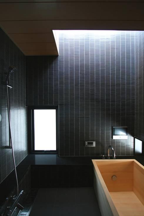 3階の浴室: 中川龍吾建築設計事務所が手掛けた浴室です。