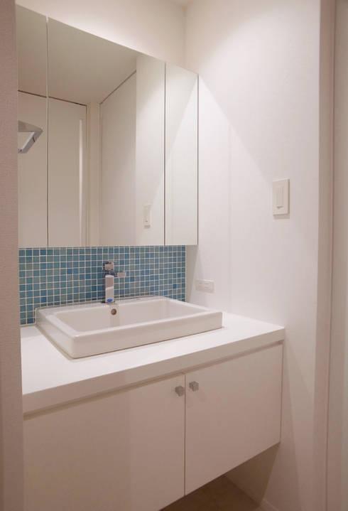 洗面所: 祐成大秀建築設計事務所が手掛けた浴室です。