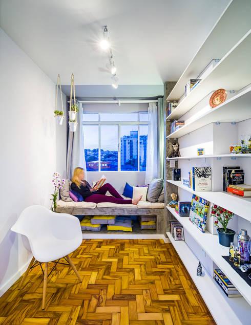 Sala de leitura: Salas de estar ecléticas por Studio ML