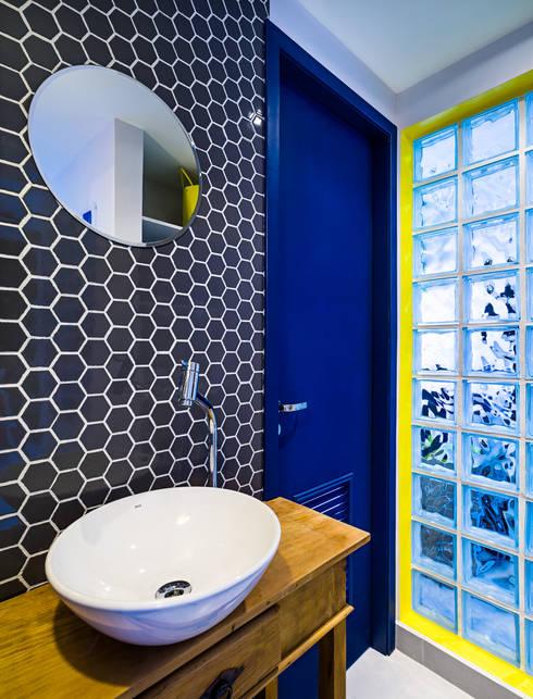 Lavabo externo: Banheiros tropicais por Studio ML