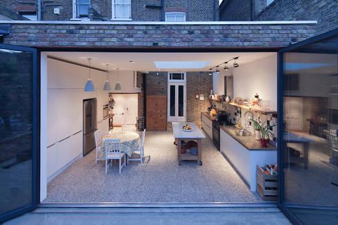 Fachada para o jardim com janela aberta: Cozinhas modernas por FORA - Fagulha Oliveira Ruivo