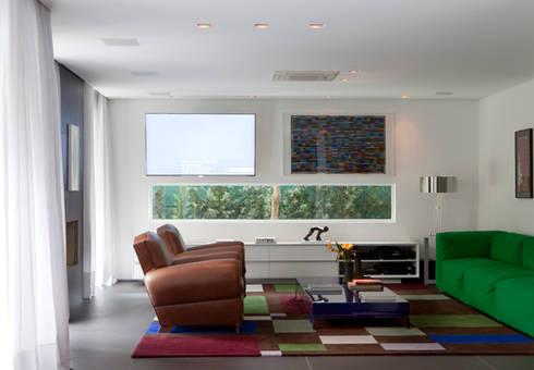 Residência Alto de Pinheiros: Salas de estar modernas por Antônio Ferreira Junior e Mário Celso Bernardes