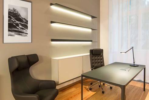 Um apartamento moderno – retro: Escritórios e Espaços de trabalho  por Architect Your Home