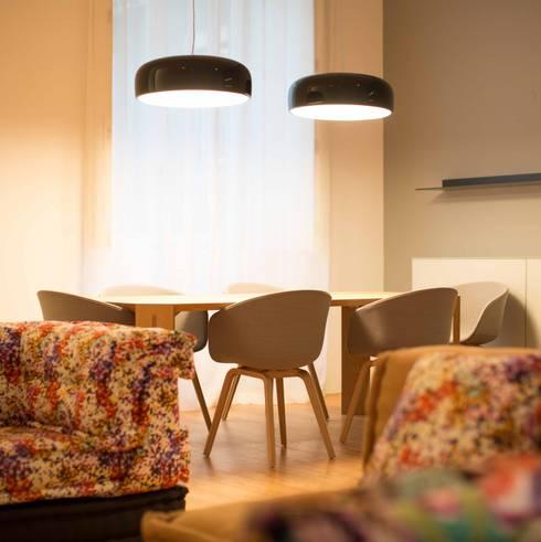 Um apartamento moderno – retro: Salas de jantar modernas por Architect Your Home