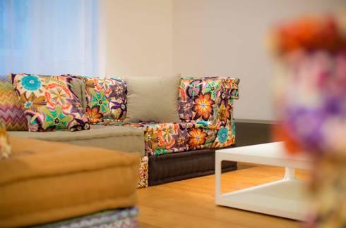 Um apartamento moderno – retro: Salas de estar modernas por Architect Your Home
