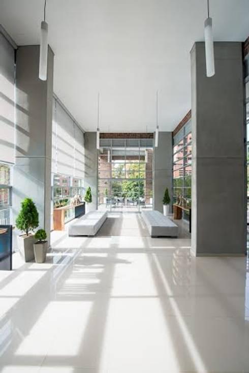 Lobby Finito Apartamentos para Coninsa Ramón H: Vestíbulos, pasillos y escaleras de estilo  por Maria Mentira Studio