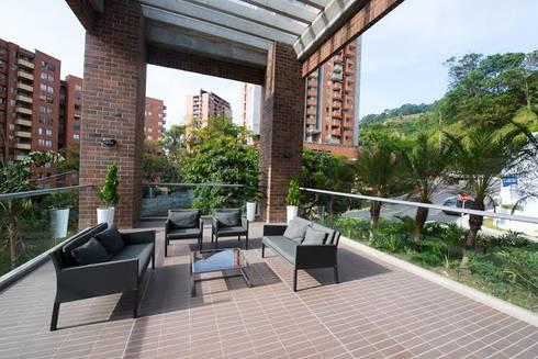 Lobby Finito Apartamentos para Coninsa Ramón H: Terrazas de estilo  por Maria Mentira Studio