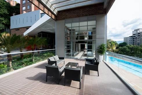 Lobby Finito Apartamentos para Coninsa Ramón H: Balcones y terrazas de estilo  por Maria Mentira Studio