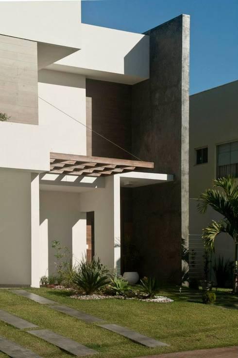 Detalhe Pergolado e Acesso: Casas modernas por WB Arquitetos Associados