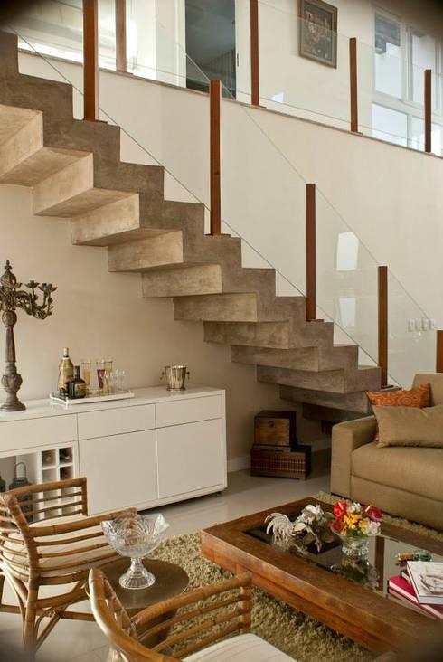 Detalhe Escada: Corredores e halls de entrada  por WB Arquitetos Associados