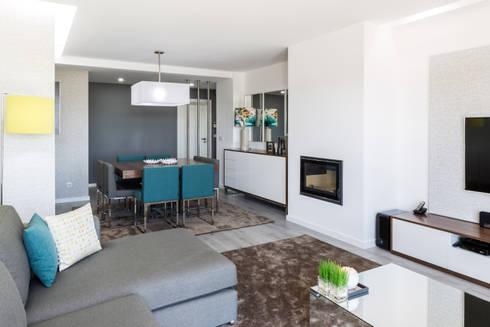 A sala do Pedro: Salas de estar modernas por Cássia Lignéa