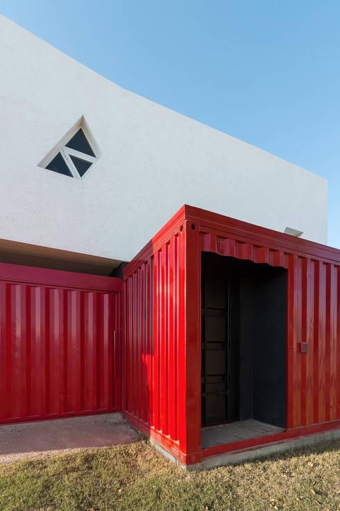 Casa Container: Casas de estilo moderno por estudioscharq
