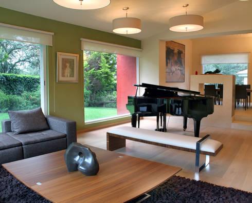 Casa Uliva: Salas de estilo moderno por DIN Interiorismo
