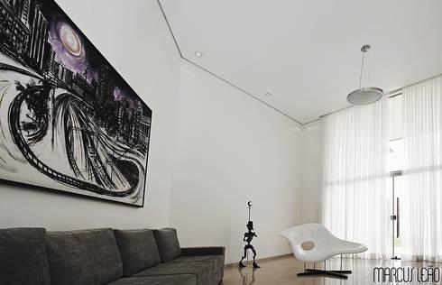 Casa Albuquerque: Salas de estar minimalistas por Marcus Leão Arquitetura