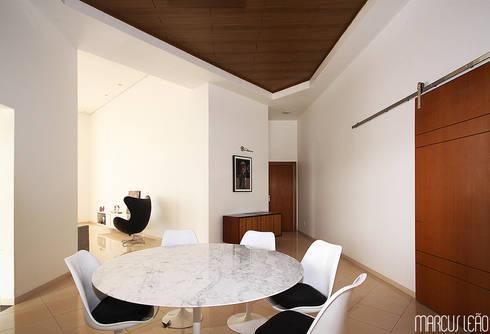 Casa Albuquerque: Salas de jantar minimalistas por Marcus Leão Arquitetura