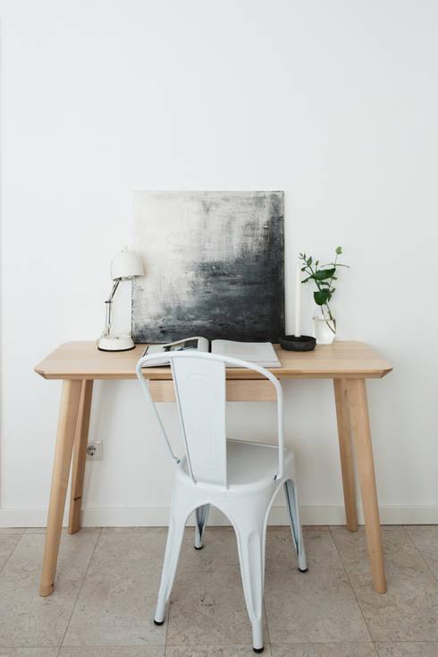 Remodelação de apartamento: Escritórios e Espaços de trabalho  por Architect Your Home