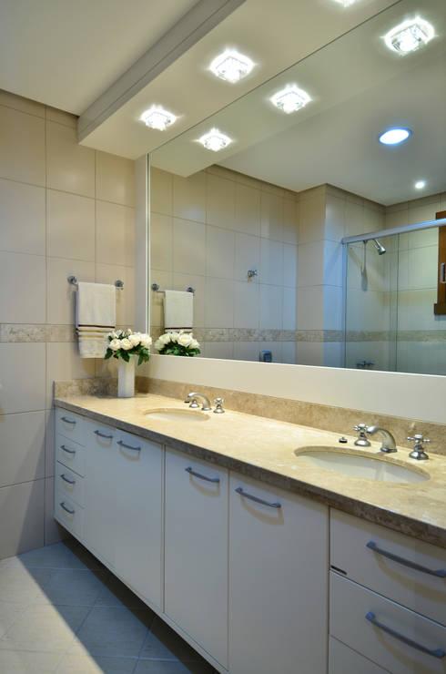 Baños de estilo moderno por Stúdio Márcio Verza