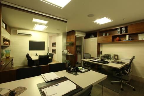 FAZENDA ITÁLIA- OFFICE: Escritórios  por TOLENTINO ARQUITETURA E INTERIORES