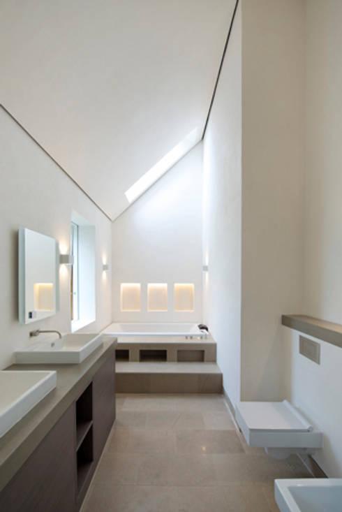 Bagno in stile  di BBM Sustainable Design Limited
