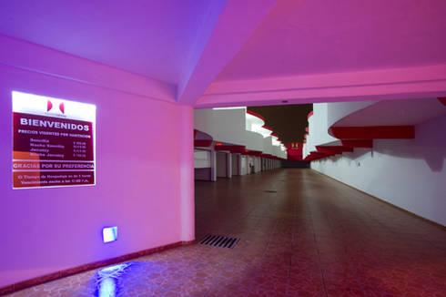 Hotel Istmo: Garajes de estilo moderno por DIN Interiorismo