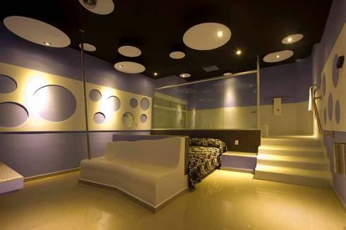 Hotel Ke Color : Recámaras de estilo moderno por DIN Interiorismo