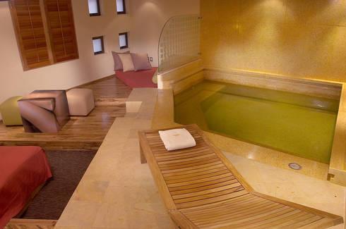 Hotel Pirámides Narvarte : Albercas de estilo moderno por DIN Interiorismo
