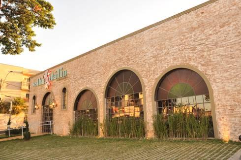 Fachada: Espaços gastronômicos  por Habitat Arquitetos
