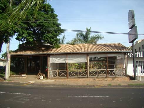 Edifício antigo - Antes do Projeto: Espaços gastronômicos  por Habitat Arquitetos