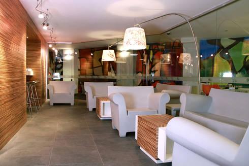 Hotel Howard Johnson: Salas de estilo moderno por DIN Interiorismo