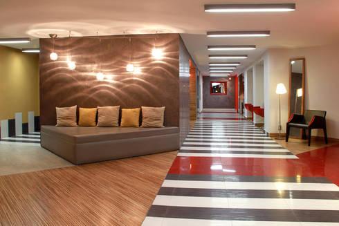Hotel Howard Johnson: Pasillos y recibidores de estilo  por DIN Interiorismo