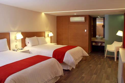 Hotel Howard Johnson: Recámaras de estilo moderno por DIN Interiorismo