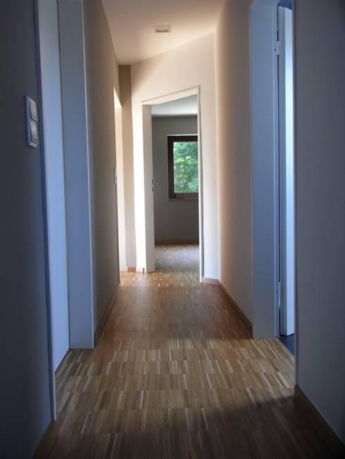 Flur im Dachgeschoss:  Flur & Diele von Grandi+Lutze