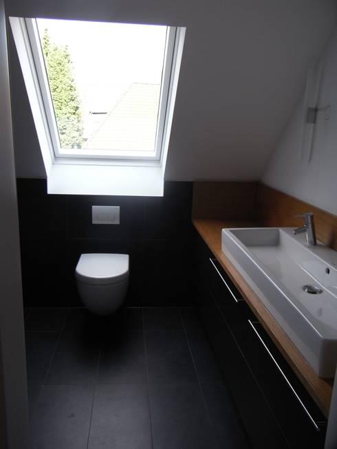 Minimalistisches Bad in männlichem Design: moderne Badezimmer von Grandi+Lutze