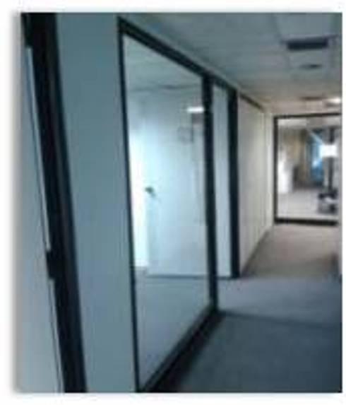 Oficinas y salón para Academia de Estilistas WELLA: Oficinas de estilo moderno por Constructora G-9