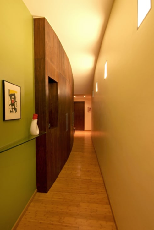 Departamento Chelu : Pasillos y recibidores de estilo  por DIN Interiorismo