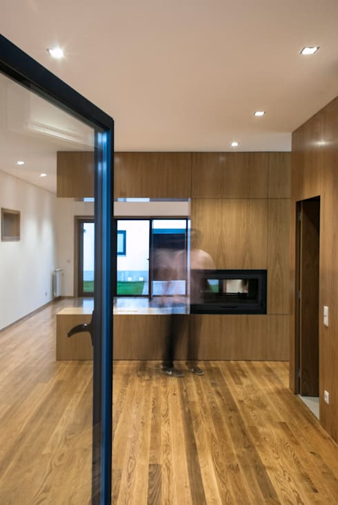 Vila Margarida: Salas de estar modernas por INSIDE arquitectura+design