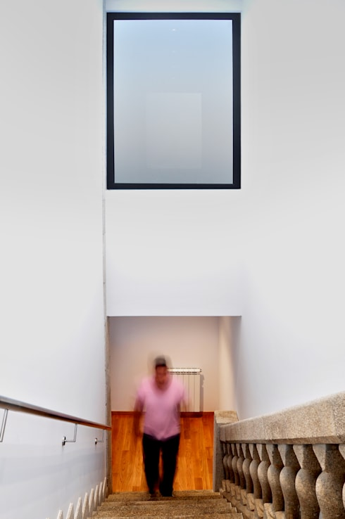 Vila Margarida: Corredores e halls de entrada  por INSIDE arquitectura+design