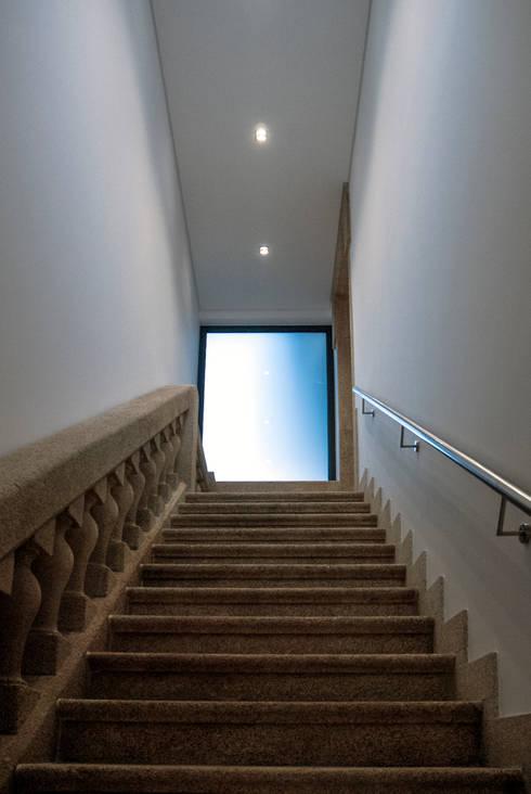 Projekty,  Korytarz, przedpokój zaprojektowane przez INSIDE arquitectura+design