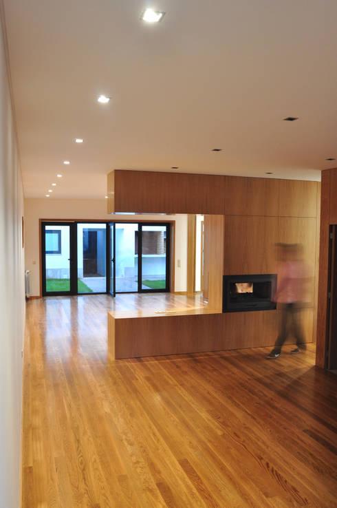 Vila Margarida: Salas de jantar  por INSIDE arquitectura+design