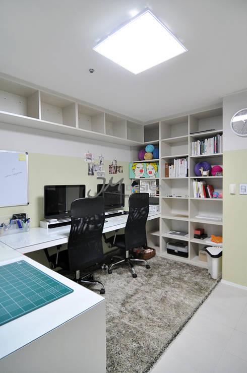 수원 우만동 월드메르디앙아파트 35평인테리어: JMdesign 의  서재 & 사무실