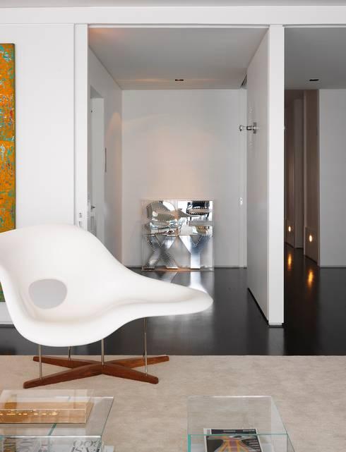 Jardins Apartment - Living/Sala de Estar: Salas de estar  por DIEGO REVOLLO ARQUITETURA S/S LTDA.