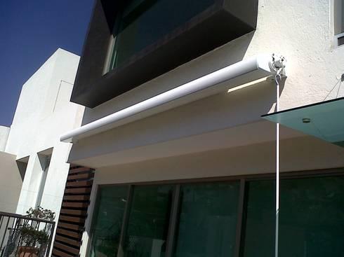 Toldo ARES (con cofre-box) Motorizado-Manual: Jardín de estilo  por GAVIOTA MEXICO
