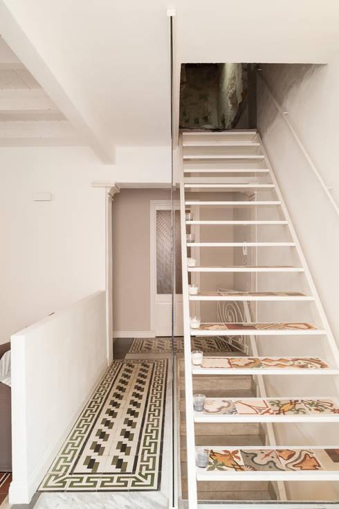 La scala: Ingresso & Corridoio in stile  di Stefano Ferrando