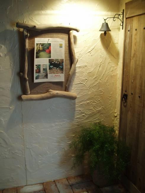 流木フレーム: 流木専門店 海の木が手掛けたリビングルームです。
