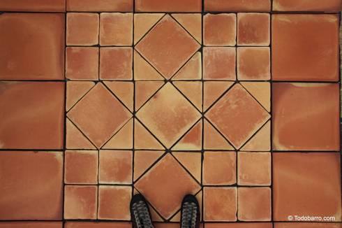 Pavimento cerámico de barro Salomón (09): Paredes y suelos de estilo clásico de Todobarro