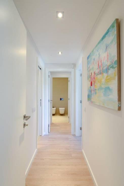 QUINTA DO MILHARÓ_APARTAMENTO: Corredor, hall e escadas  por ALMANCIL 4 - Decorações, Lda