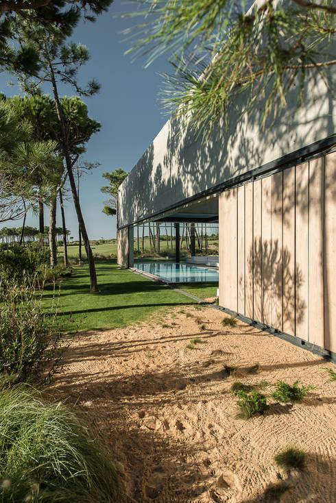 The Wall House: Casas minimalistas por guedes cruz arquitectos